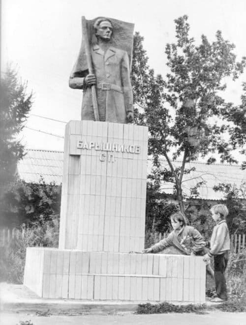 Памятник Барышникову С.П. в деревне Бармашур Ярского района, где родился С.П. Барышников.