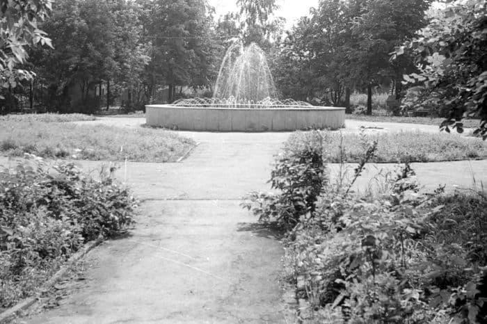 Ныне не существующий сквер на Красной горке на месте разобранного на кирпичи Михайловского собора. Фото 1991года.