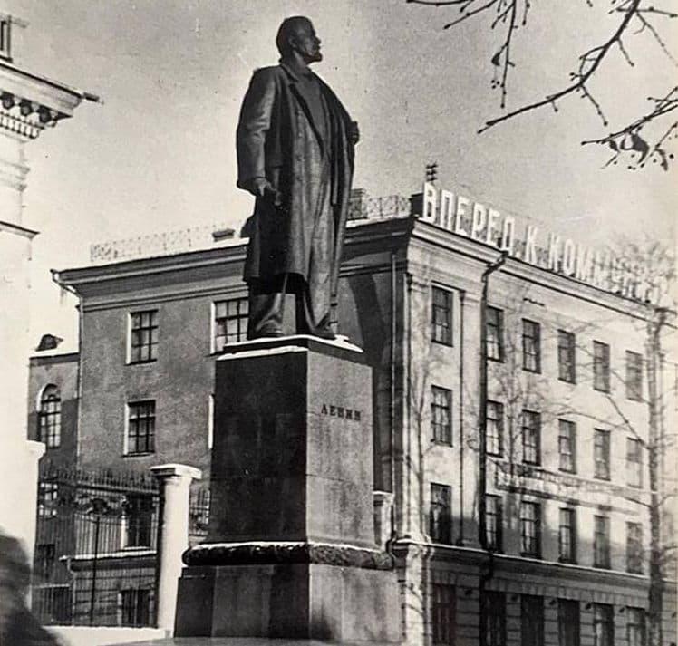 Самый большой памятник Ленину в Ижевске перед зданием республиканской библиотеки.  Справа – здание Совнархоза, которое позднее занимал Октябрьский райком партии.