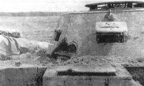 Сквозной пролом в броне башни легкого немецкого танка Pz.II Ausf.F в результате попадания бронебойного 37-мм снаряда.