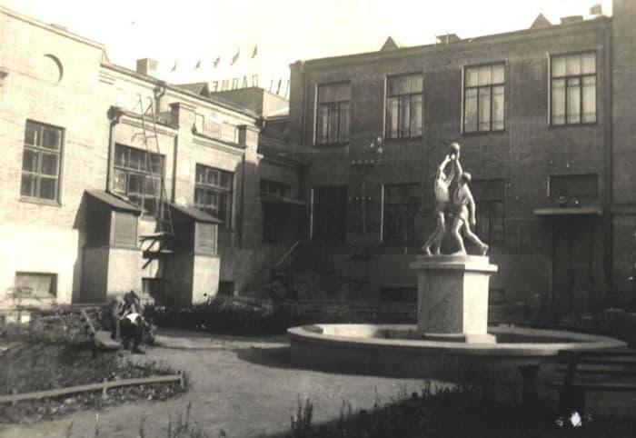 Внутренний двор КОРа, когда-то там был фонтан со скульптурой, стояли скамейки. Фото С.Н.Кошурников, 1937-38 год.