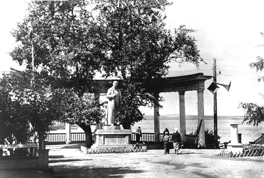 Памятник И.В.Сталину в Летнем саду им. М.Горького, воздвигнутый летом 1938 г. Фотография - август 1938 г. Не сохранился.