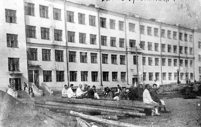 Военный госпиталь № 3150 (начальник госпиталя Щербович А.С.; профиль - хирургический, общехирургический) в школе №25 г.Ижевска. Фото 1943 года .
