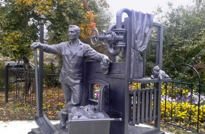 Памятник - Кочегару, установили в Якшур Бодье. 2018