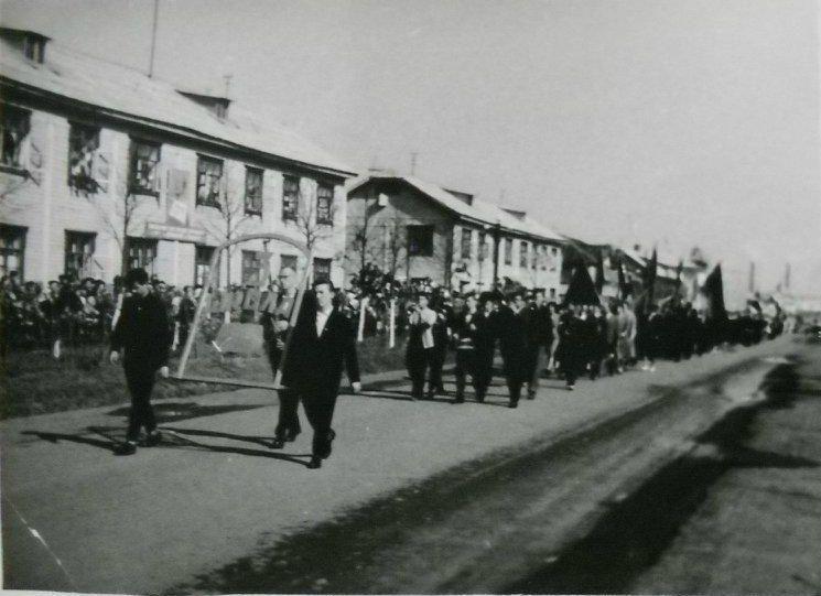Фото 1-майская демонстрация 3 школа Глазов 60-е г