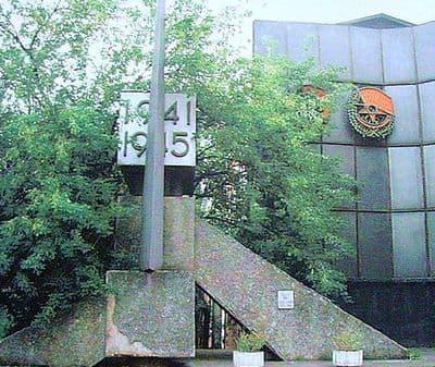Монумент славы, посвященный боевому и трудовому подвигу ижевских машиностроителей в годы Великой Отечественной войны 1941-1945гг. Переулок Дерябина,2, установлен в 1970 г.