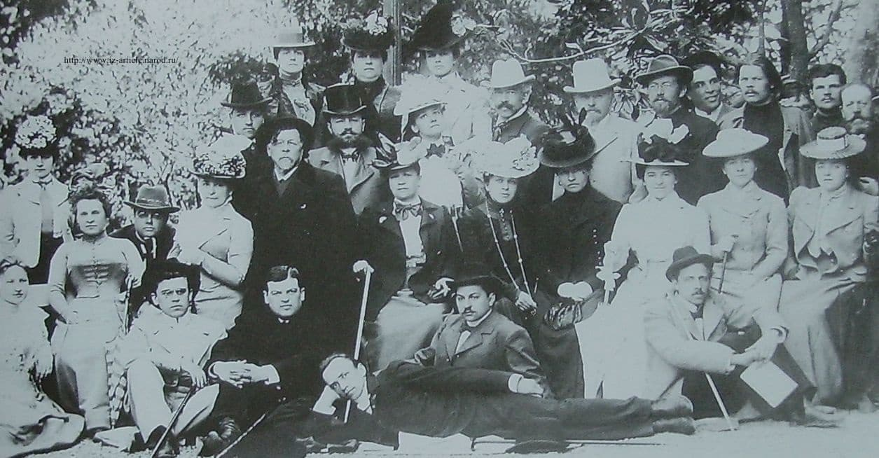 Ялта. МХАТ. Третья слева (сидит) Книппер-Чехова О.Л. Стоят А.М.Горький (третий справа), пятый - А.П.Чехов.