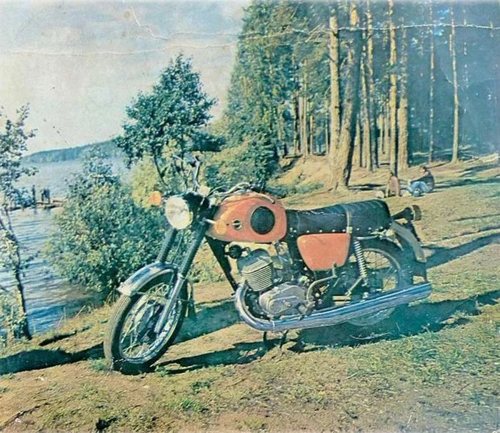Мотоцикл ИЖ-Планета-Спорт. Берег Ижевского пруда.