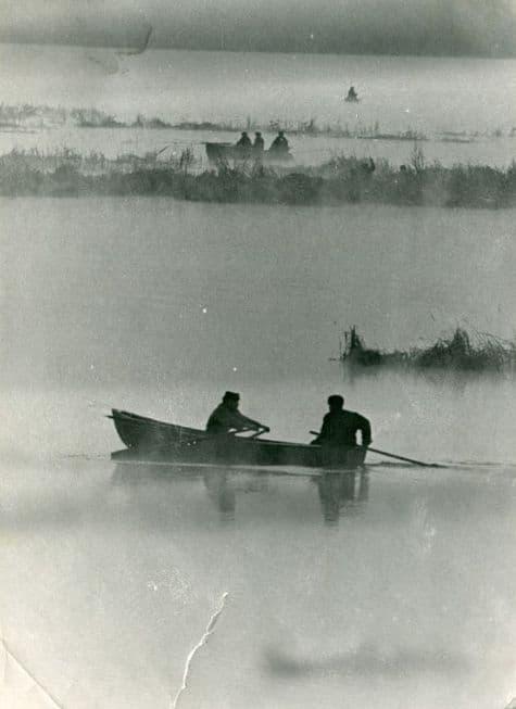 Рыбаки на Ижевском пруду среди лабазов и камышовых зарослей перемещаются на лодках. Фото: Н. Светлов, 1960-е годы.