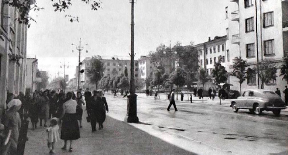 Улица Советская. Слева Детский мир, в центре памятник Ленину. Ижевск. 1960-ые годы.