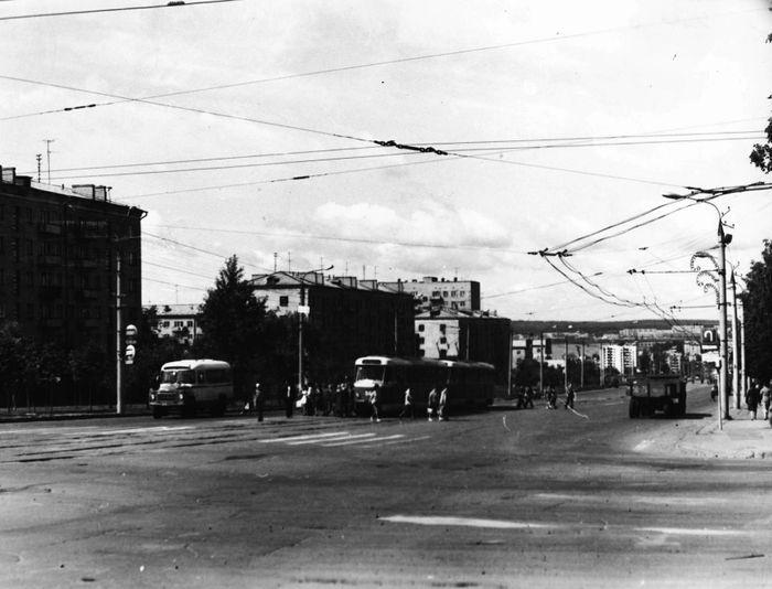 По улице Кирова, на участке от ул. Пушкинской до ул. М. Горького, когда-то была проложена троллейбусная линия.