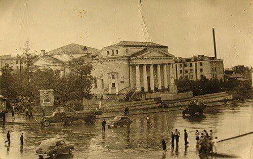 Статуя Сталина перед кинотеатр Колосс. Фото около 50-х годов. Ижевск.