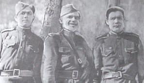 Командиры батарей (слева направо): старший лейтенант Письменный Н.А., капитан Лобко М., лейтенант Томашов 174-го ОИПТД.