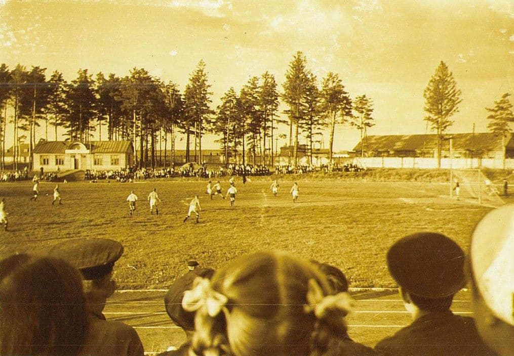 На стадионе в г. Воткинск. Фото: 1958 год.