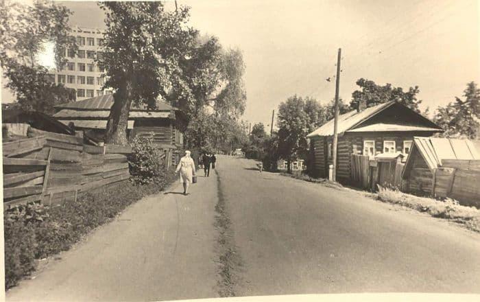 Переулок Интернациональный (бывший Узенький) в 1970-е годы, в восточном направлении. Фото Ю. Г. Ожигов, ЦГА УР. Ижевск.