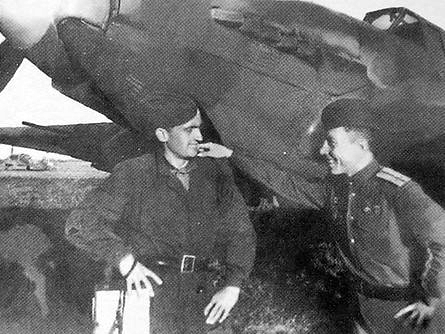Пряженников А.П (слева) с другом Кусковым Виктором Александровичем  у самолёта ИЛ-2. 1944 г.
