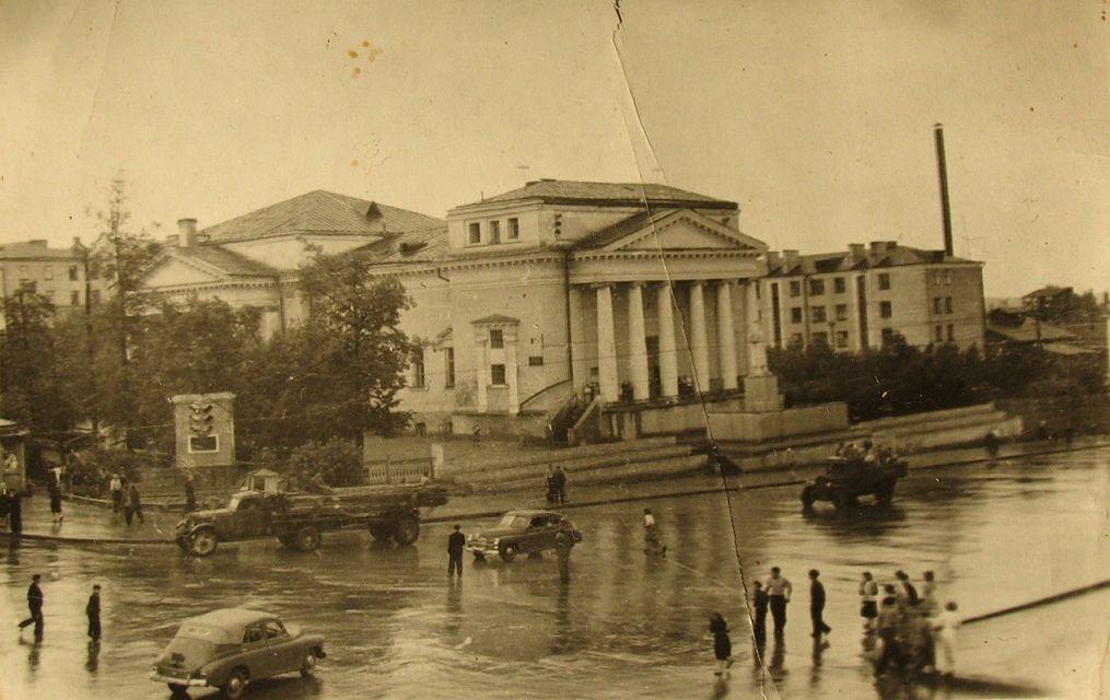 Площадь имени Пастухова. Кинотеатр Колосс. Ижевск.