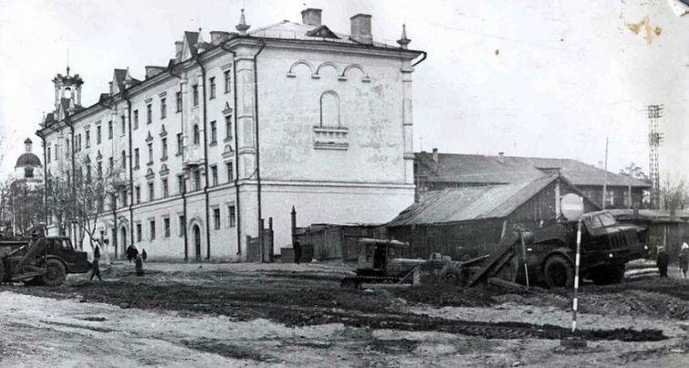 Улица Удмуртская. Слева дом Советская 34. Ижевск.