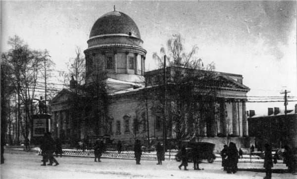 Памятник лидеру ижевских большевиков Пастухову рядом с кинотеатром Колосс. Ижевск.
