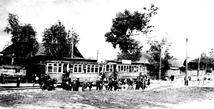 Улица Карла Маркса. Остановка Бородина, 1951 год. На месте дома № 213, который виден за трамваем, сейчас находится верхняя проходная Мотозавода. Фото из книги С.Селивановского. Ижевск.
