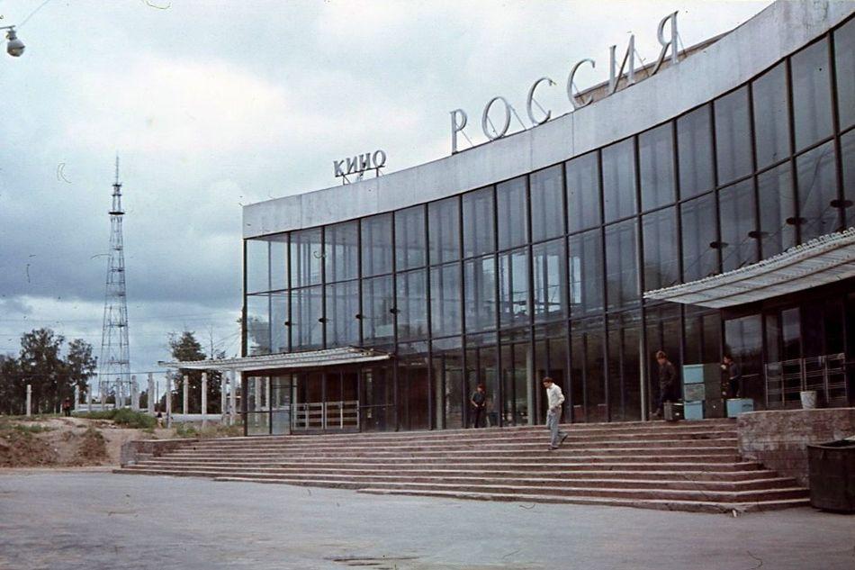 """Кинотеатр """"Россия"""" Слева - начало строительства ЦУМа. 1969-70 годы. Ижевск."""
