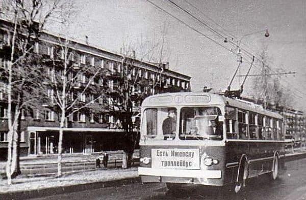 Пушкинская дом 249. Ижевск. Троллейбус.