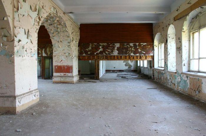 Фойе заводского театра в Ижевском заводе.