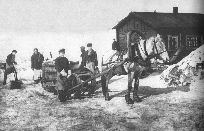 Доставка воды в старом Ижевске.