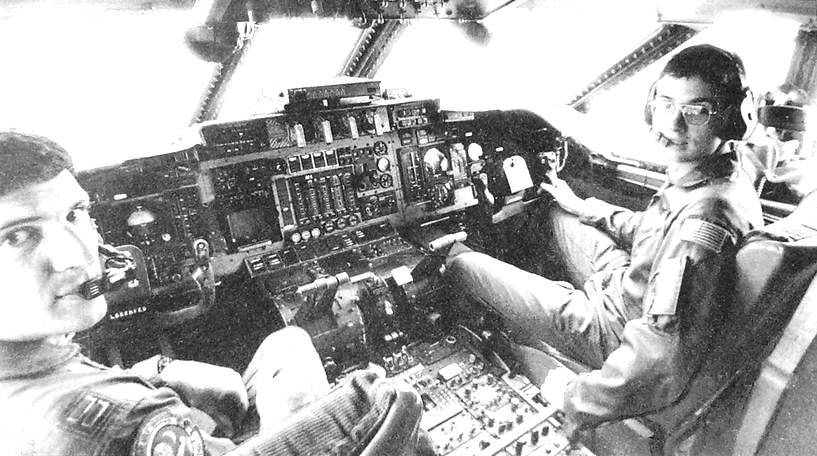 """Командир американского самолёта Джо Манси и бортинженер Роб Гребл в кабине """"Боинга""""."""