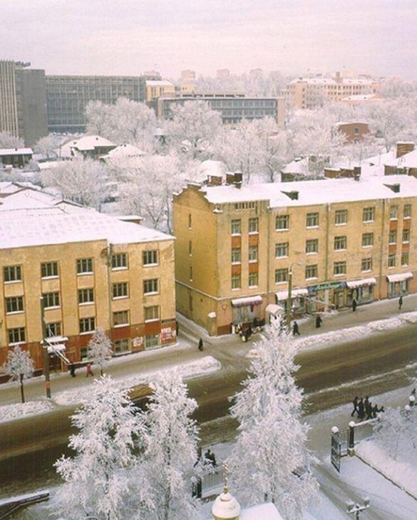 """Дом Красная 133 - магазин """"Ландыш"""". На заднем плане - """"Мотозавод"""". Улица Советская. Ижевск 90-е годы."""
