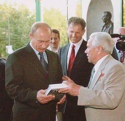 Председатель Правительства РФ Владимир Путин в Ижевске. На фото рядом с Путиным Волков Александр Александрович и Михаил Тимофеевич Калашников.