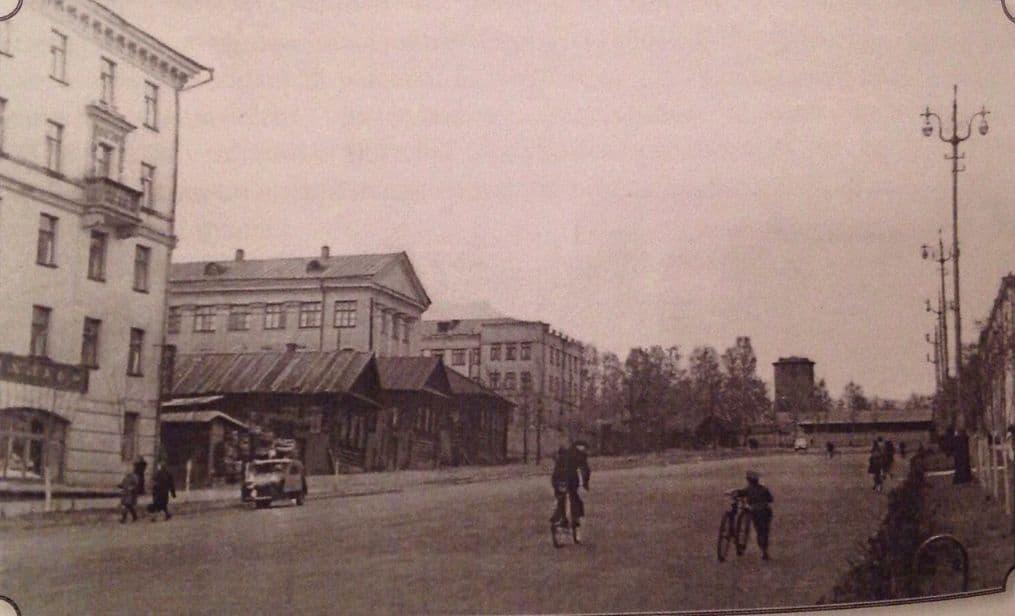 Улица Пушкинская ниже Центральной площади, слева дом 217, поликлиника, 2 городская клиническая больница. Вдали видна водонапорная башня. Фото 1960 гг. Ижевск.