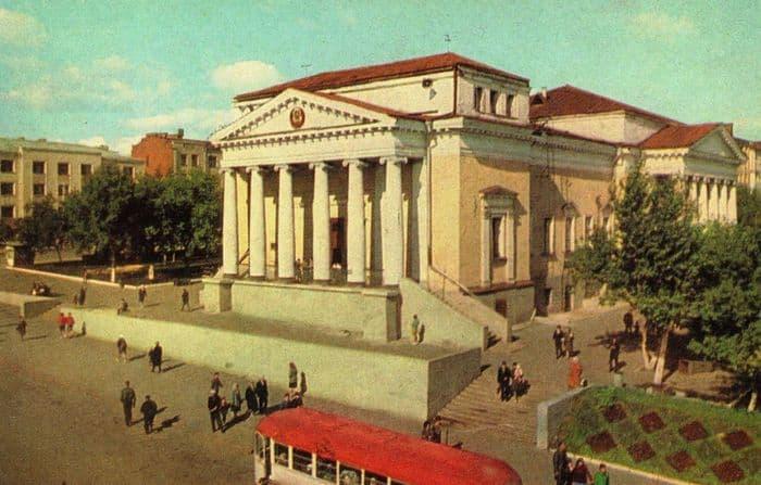 Кинотеатр Колосс. Из набора открыток 1969 года. Фото: А. Мусин. Ижевск.