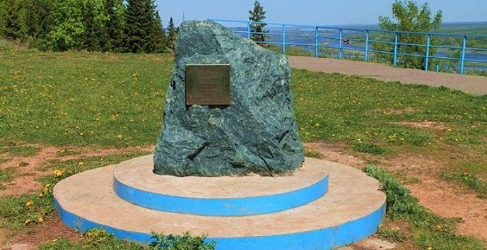 Памятник Дурову Андрею Васильевичу городничему Сарапула в 1789-1826 гг в память его делах от благодарных горожан.