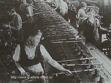 На конвейере сборки ствола винтовки на Гос. союзном заводе №74. 1943.