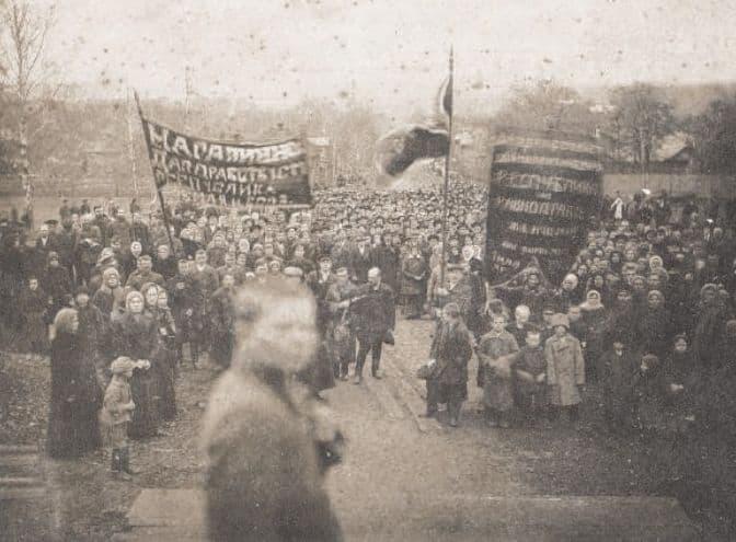 Первомайский митинг на Михайловской площади. Фото: 1 мая 1917 года, Ижевский завод, ЦГА УР.