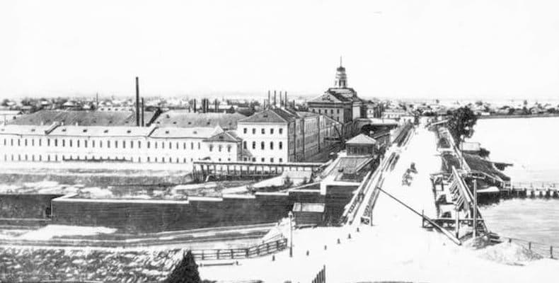 Вид на плотину со стороны Троицкой улицы. Примерно 1890 год. Фото Ижевский завод.
