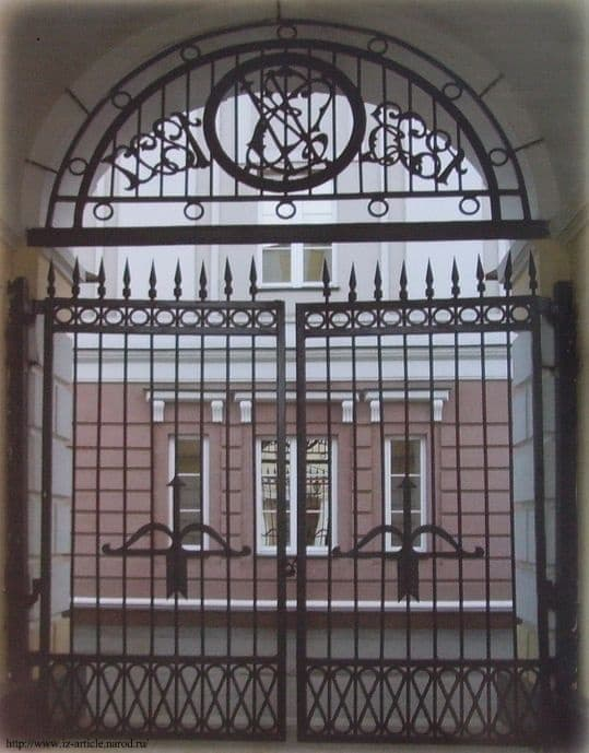 Кованные  ворота арсенала, лук и стрела - знак изделий на решетке.