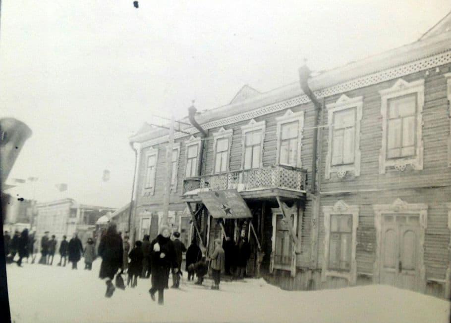 Кинотеатр Иллюзион - Отдых на улице Труда (Ленина). Фото: начало 1930-х гг. Ижевск.
