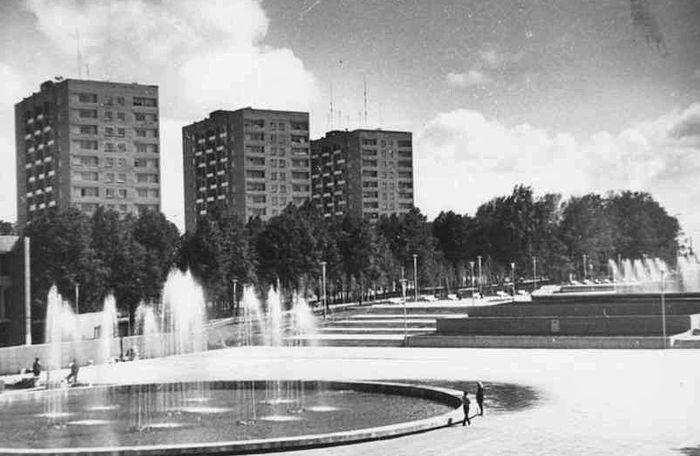 Фонтаны на центральной площади и 14-этажки. Фото из альбома - Архив ЦДНИ УР: фото 1960-1970 гг.
