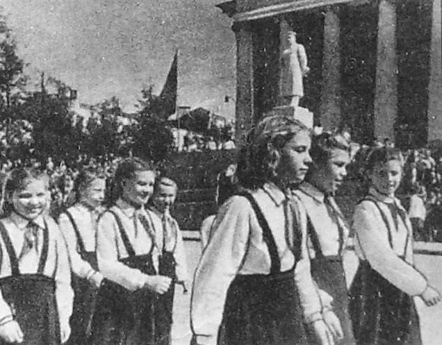 Памятник Сталину у кинотеатра Колосс. Фото 13 марта  1952 г.