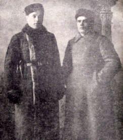 Председатель областной ЧК Горбунов А И (слева) с первым начальником областного уголовного розыска Григорьевым А.И. 1921 г.