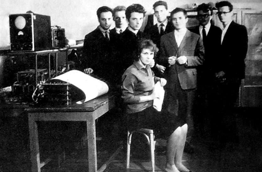 Студенты Ижевского механического института в лаборатории технических средств обучения.