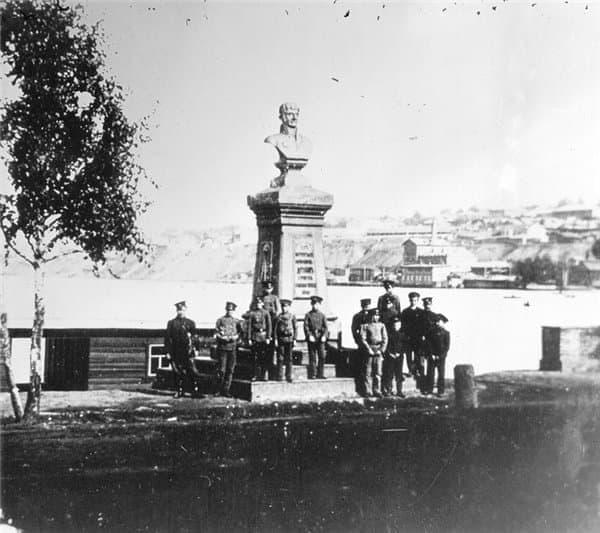 Учащиеся оружейной школы фотографируются у памятника А.Ф.Дерябину. 1912 год. Ижевск.