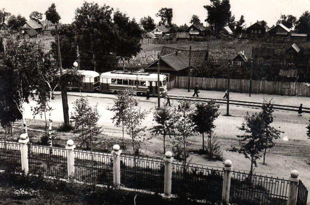 """Улица Кирова. Трамвай. Остановка """"Парк Кирова"""". Колтома. Фотография, снятая из окна Сельхозинститута. Ориентировочно 1952 год."""