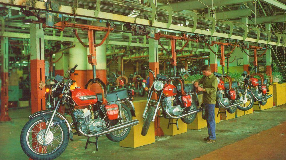 Сборочный конвейер мотоциклетного производства (Motorcycle assembly line), 80-е годы. ИЖМАШ.