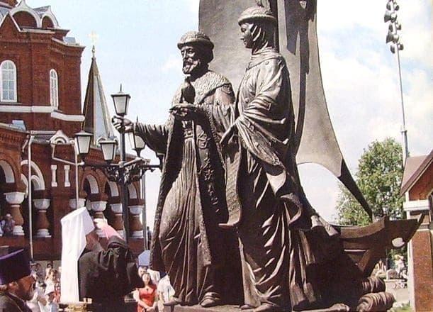 Памятник благоверному Петру и Февронии Муромским. Ижевск.13 июня 2012 года.