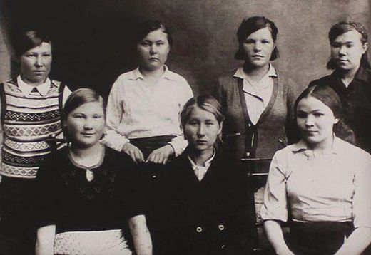 Феодора Пушина (крайняя слева в первом ряду) с подругами во время учебы в фельдшерско-акушерской школе. Ижевск, 1940 год.