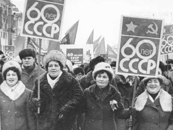 Демонстрация 7 ноября 1982 г. 60 лет СССР. Место: ул. Пушкинская Ижевск. Из архива: ГКУ ЦДНИ УР.