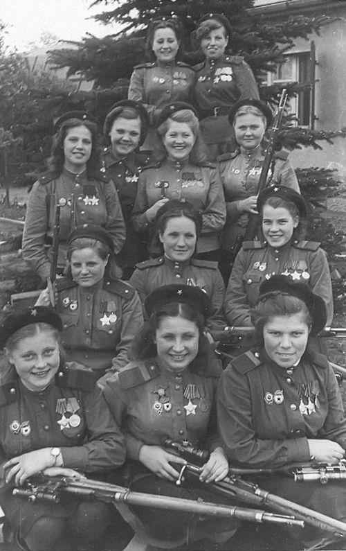 Девушки-снайперы 3-й ударной армии, 1-й Белорусский фронт. 4 мая 1945 года.